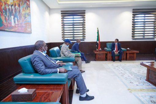 حمدوك يؤكد حرص الدولة على دعم وتطوير قطاع السكر