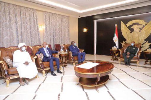 البرهان يتسلم مساهمة شركات قطاع التعدين لدعم القوات المسلحة