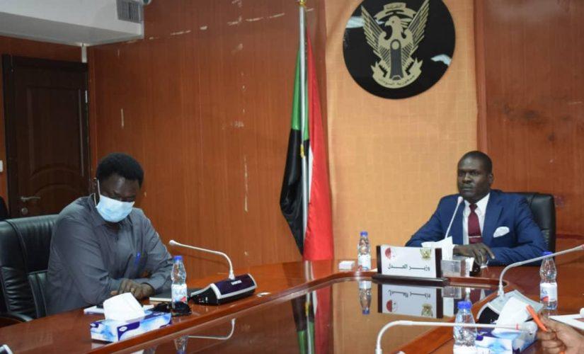 وزير العدل يلتقي وفد حركة جيش تحرير السودان