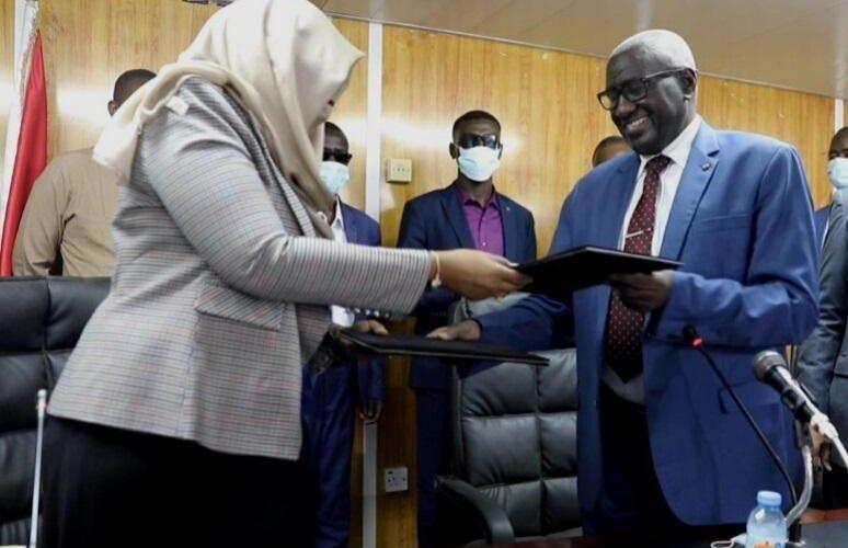 أحمد بخيت يتسلم من لينا الشيخ مهام التنمية الإجتماعية
