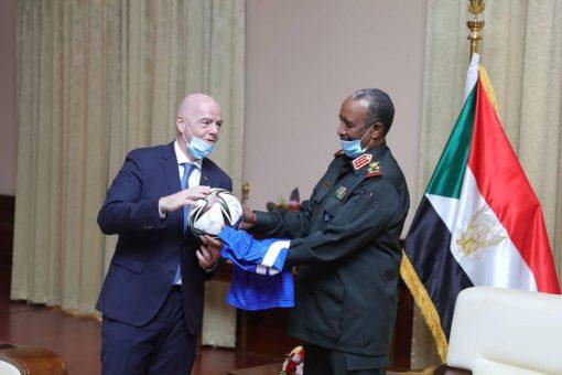 """رئيس مجلس السيادة يلتقي رئيس الاتحاد الدولي لكرة القدم""""فيفا"""""""
