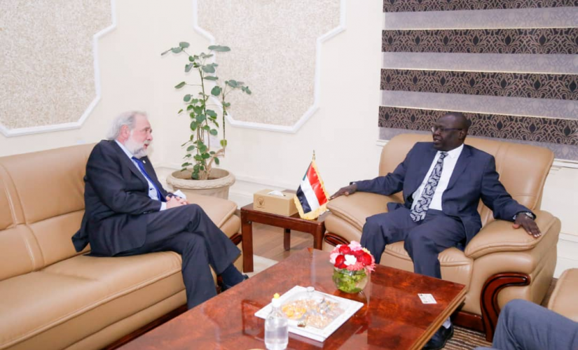 عضو مجلس السيادة د.صديق تاور يلتقي رئيس بعثة الصليب الأحمر