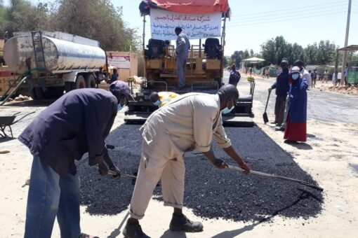 عربي يدشن العمل في سفلتة طريق جسر بحيرة بالفاشر