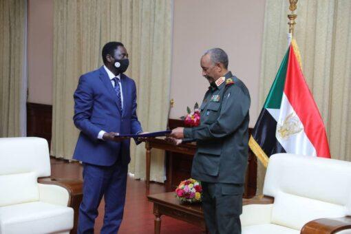 البرهان يجدد عزم وجدية الحكومة لتحقيق السلام والاستقرار بالبلاد