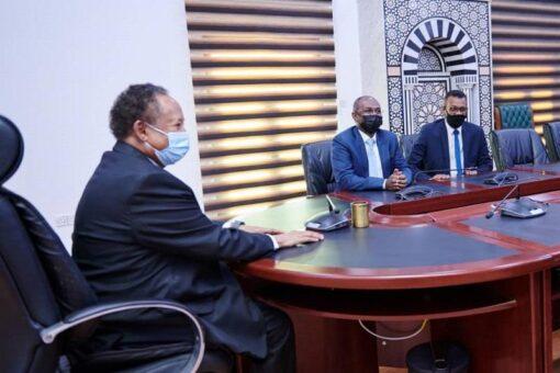 حمدوك يتسلم أول بطاقة فيزا صادرة في البلاد