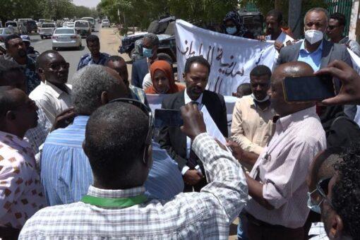 وقفة احتجاجية لقطاع الطيران المدني: تطالب بمدنية القطــاع