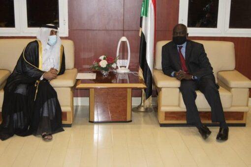السفير القطري يقدم دعوة رسمية لوزير المالية لزيارة قطر