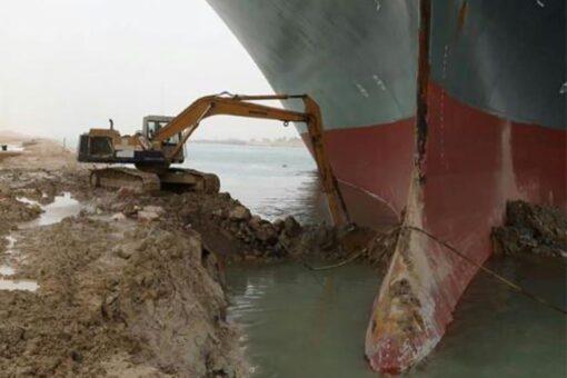 قاطرات وجرافات لتحرير السفينة العالقة بالسويس