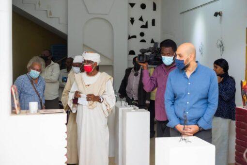 السفير المصري يفتتح معرض التشكيليين المصريين بمركز راشد دياب