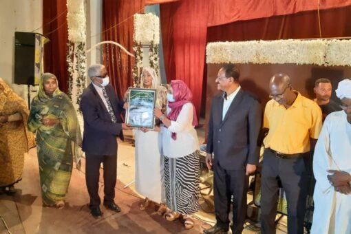"""الجزيرة تكرم الروائية ريم لإحرازها الجائزة الأولى في مسابقة""""حذاء دام"""""""