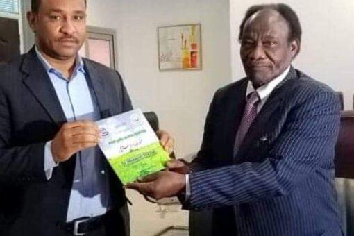 وزير الاستثمار يتسلم دليل الفرص الاستثمارية من والي النيل الأبيض