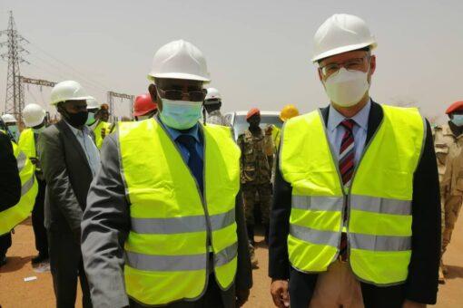 السفير الامريكي يزور حقل هجليج النفطي بغرب كردفان