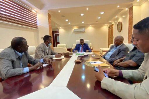 وزير التنميةالعمرانية والطرق والجسور يتعهد بصيانة طريق الابيض الخوي النهود