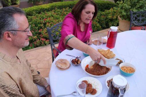 القائم بالاعمال الامريكي يشيد بالمأكولات والمشروبات السودانية في رمضان