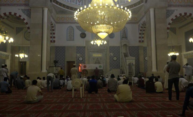 المصلون بالمساجد يلتزمون بالتباعد في اداء صلاة التراويح