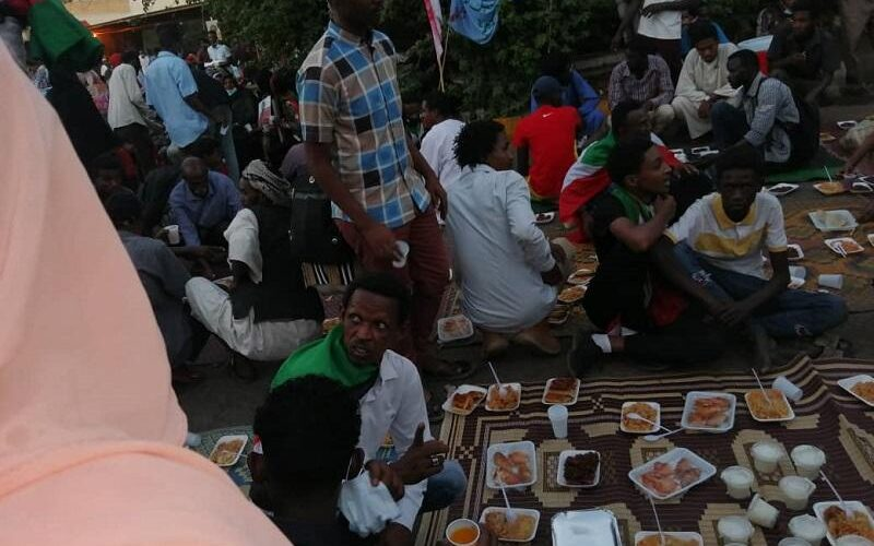 إفطار جماعي لمنظمة أسر شهداء الثورة