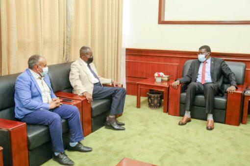 عضو السيادي الطاهر حجر يلتقي مدير جامعة إفريقيا العالمية
