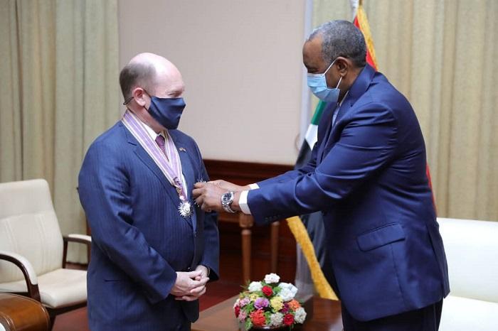 البرهان يمنح السناتور كريستوفر كونز وسام الجمهورية
