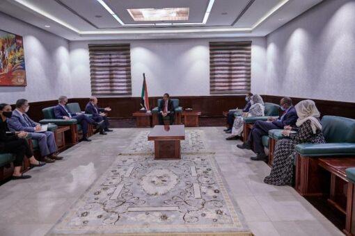 رئيس الوزراء يؤكد الحرص على تطوير العلاقات مع الولايات المتحدة