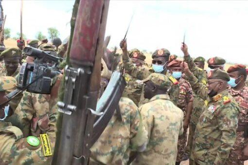 كباشي يتفقد الخطوط الامامية للقوات بمعسكرات منطقة الفشقة الحدودية