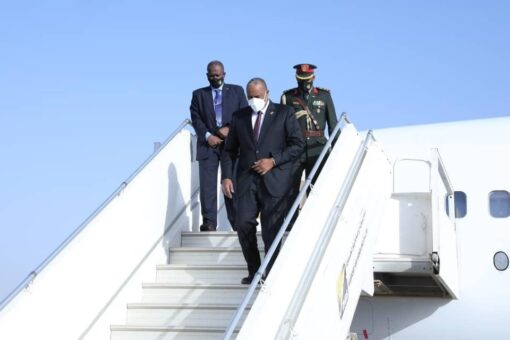 البرهان يعود للبلاد بعد مشاركته في مؤتمر باريس