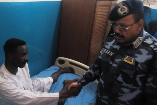 مدير عام قوات الشرطة يتفقد الجرحى والمصابين بمستشفى الشرطة بنيالا