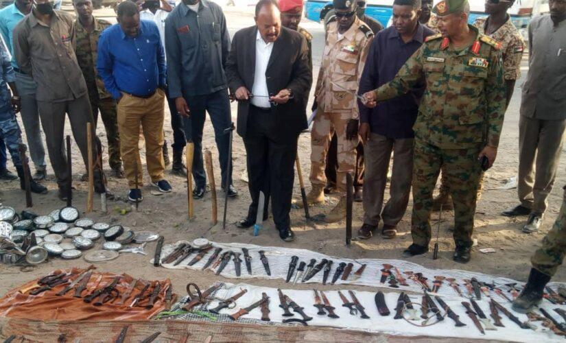 والى جنوب دارفور يقف على مضبوطات حملة جمع الأسلحة البيضاء
