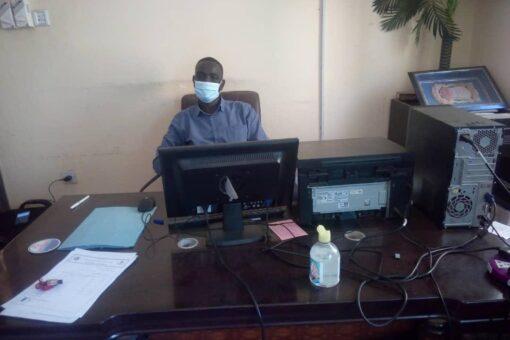 مديرالرعاية الصحية بشرق دارفور يقف علي وصول لقاح كوفيد (19)
