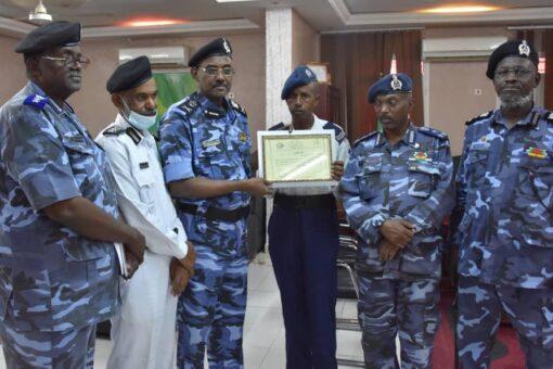 مدير شرطة ولاية القضارف يكرم شرطي المرور الشهير (بحطبة)