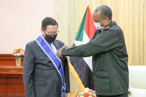 البرهان يمنح السفير الموريتاني بالخرطوم وسام النيلين من الطبقة الأولى
