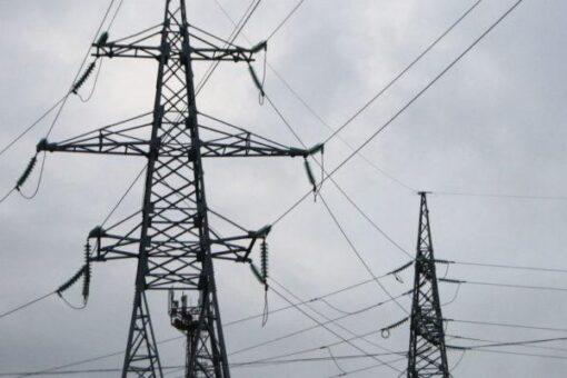 مالية الجزيرة توزع محولات وأسلاك كهربائية لإنارة القرى