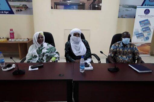 وزيرة الخارجية تطلع على تجربة نهر النيجر
