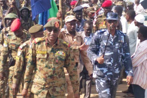 قائد الفرقة الرابعة مشاة يشيد بمواطني النيل الأزرق