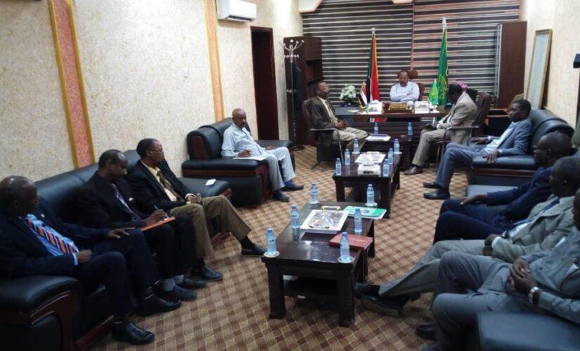 والى جنوب دارفور ومدراء البنوك يناقشون تطوير محفظة السلع الاستراتيجية