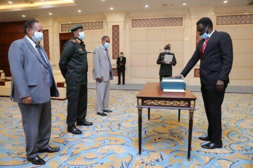 مناوي يؤدي القسم حاكما لاقليم دارفور