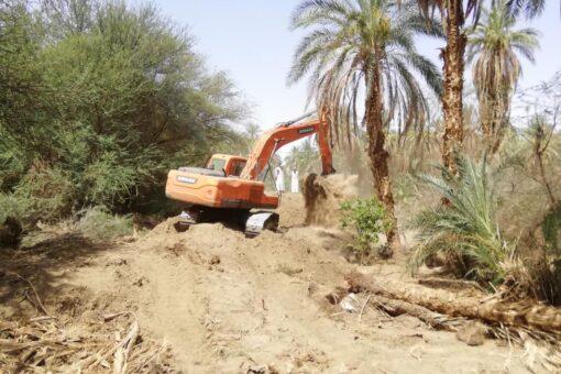 المدير التنفيذى لمحلية مروي يقف الجُسُورْ التُرابية الواقية من الفيضان