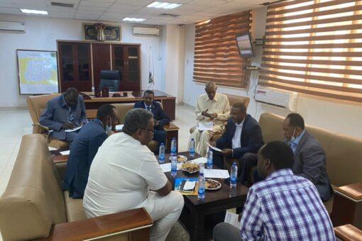 وزير التنمية العمرانية والطرق يطلع على أداء الغرفة التجارية.