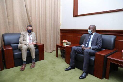 الهادي إدريس ورئيس (يونيتامس) يتفقان على متابعة تنفيذ اتفاق السلام