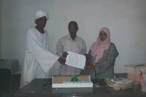 تنفيذي ابوحمد يسلم بطاقة ثمرات لإدارة التنمية الاجتماعية