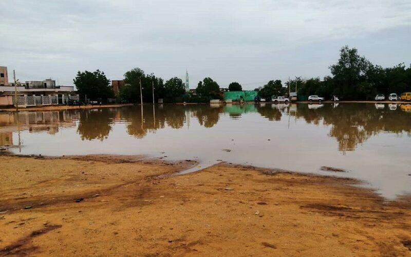 محلية شرق النيل تقف على تصريف مياه الأمطار