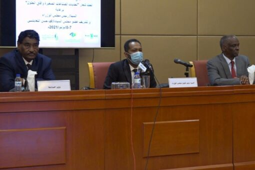خالد عمر يؤكد التزام الحكومة بتوفير التمويل اللازم للصناعات الصغيرة