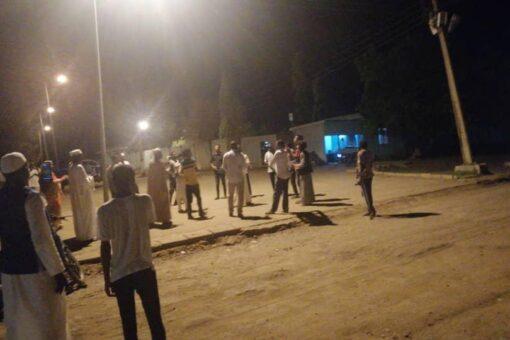 لجان المقاومة بالقضارف تنفذ إعتصام أمام منزل الوالي