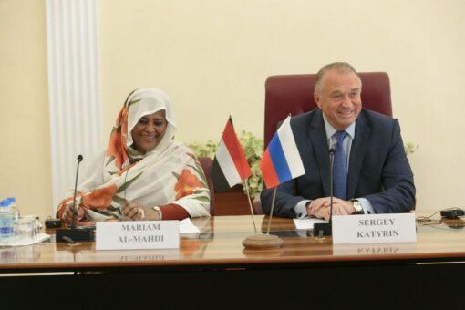 وزيرة الخارجية تعقد جلسة مباحثات مع رجال مال وأعمال روس