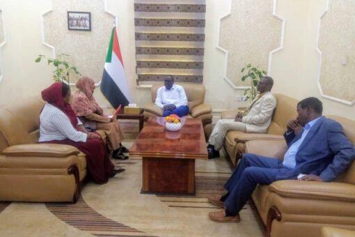 الدكتور تاور يتسلم مذكرة من ممثلي أساتذة الجامعات السودانية