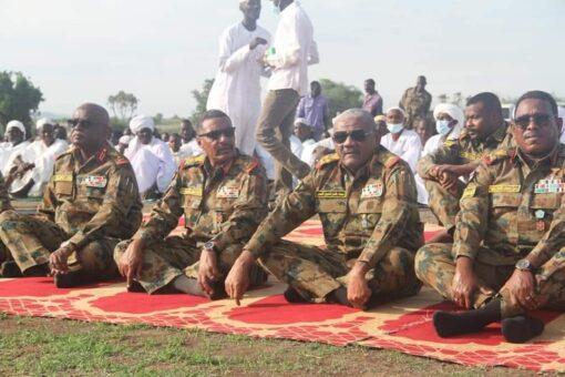 رئيس هيئة الاركان يؤدي صلاة العيد بالفشقة