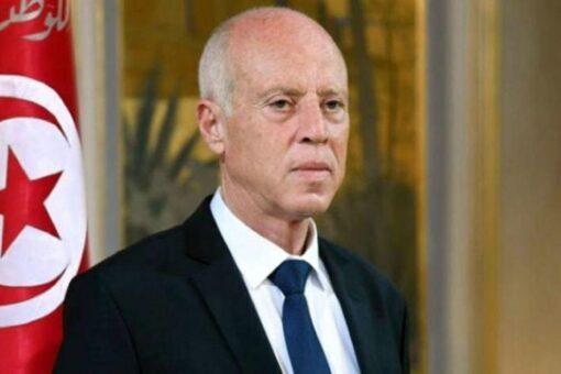 الرئيس التونسي يقيل رئيس الوزراء ويجمد البرلمان