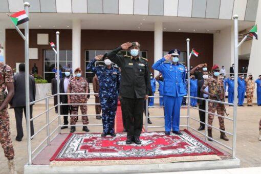 البرهان يقدم تهاني عيد الأضحى لضباط وجنود قوات الشرطة