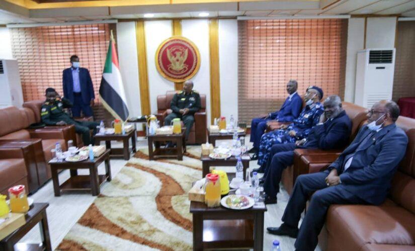 البرهان يقدم التهانى للحركات الموقعة على اتفاق السلام ومنسوبي وزارةالدفاع