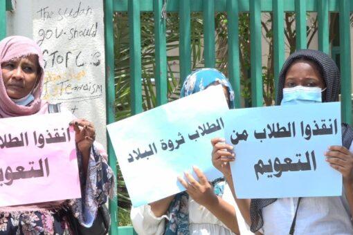 وقفة إحتجاجية لأولياء أمور الدارسين بالخارج امام مجلس الوزراء