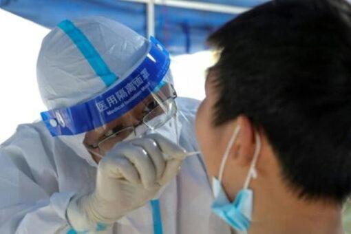 ووهان الصينية ستُخضع سكانها للفحوصات بعد تسجيل إصابات بكوفيد